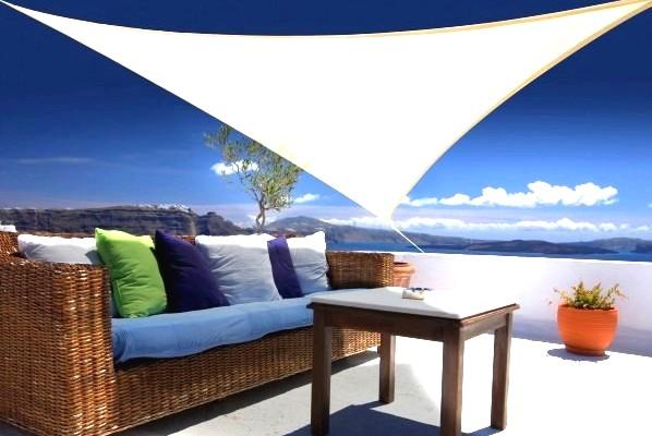 profitez de votre terrasse avec une voile triangulaire blanche home staging d co design. Black Bedroom Furniture Sets. Home Design Ideas